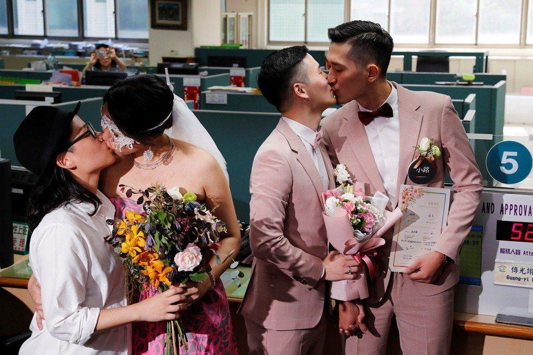 5月24日,同志新人在信義戶政機關辦理登記結婚。 圖/路透社
