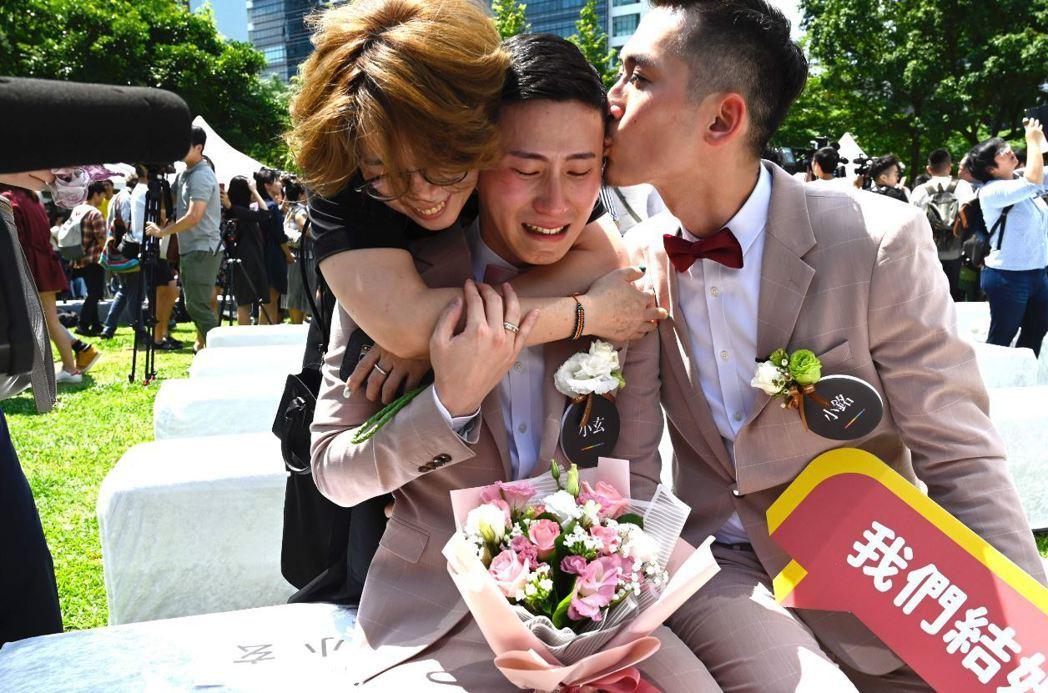同志伴侶小銘(右)和小玄(左)完成人生大事後開心接吻。 圖/法新社
