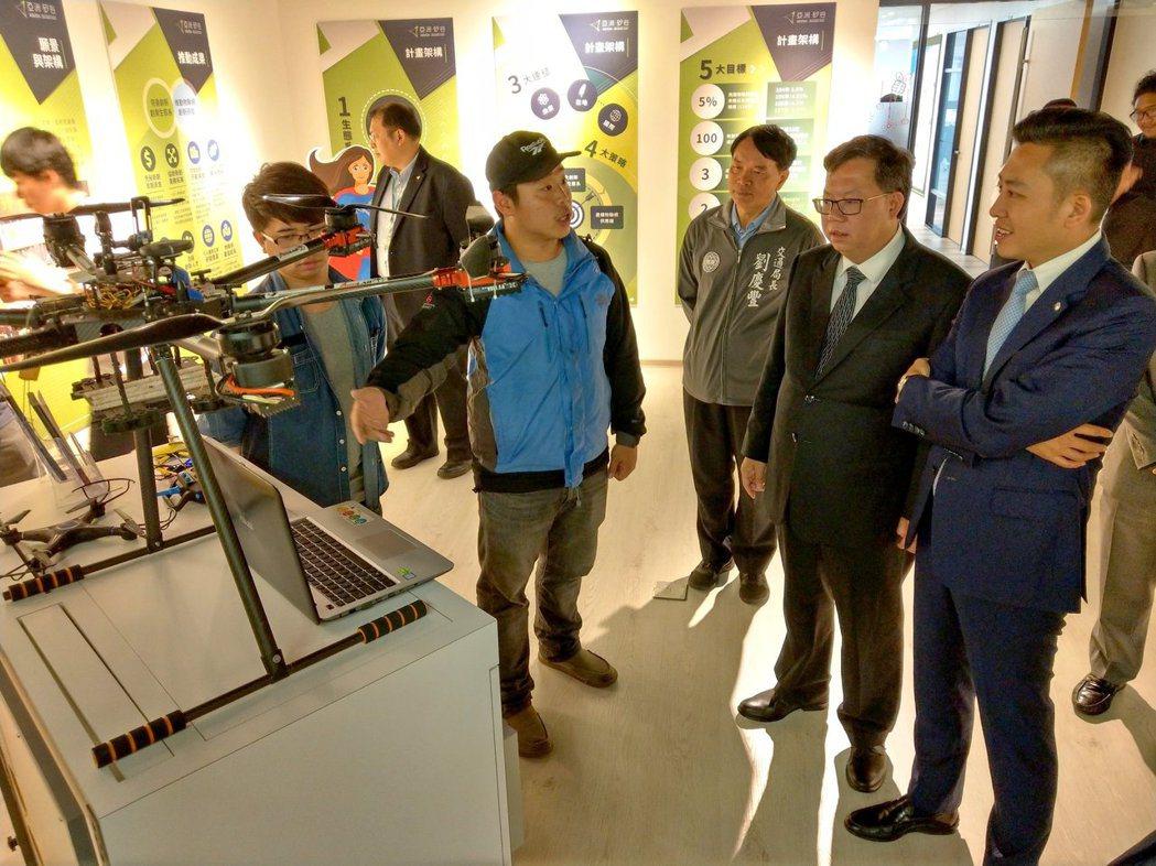 新竹市長林志堅(右)參訪亞矽辦公室,由桃園市長鄭文燦陪同,了解智慧駕駛、AR、V...