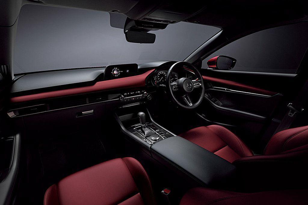 日規新Mazda3五門車型首度提供熱血的紅色車艙鋪陳。 圖/Mazda提供