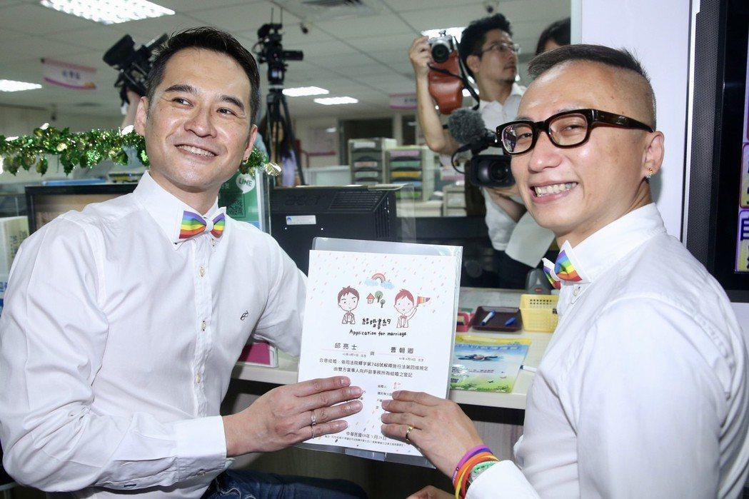 伴侶盟理事長Alex(右)和伴侶Joe(左)出席登記結婚。圖/記者林伯東攝影