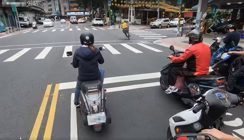 有騎士在停等紅燈時,旁邊突然竄出一名騎單車的大嬸,飛快的速度加上超高的技術,讓騎...