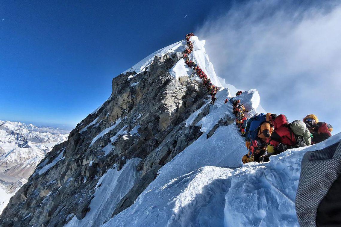 圖為5月22日當天的排隊照片,在喜馬拉雅山的聖母峰攻頂隊伍中,短短24小時就傳出...