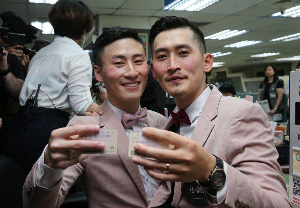 在歌手蔡健雅演唱會上求婚的男同志伴侶小銘(左)和小玄(右)上午辦結婚登記。圖/記