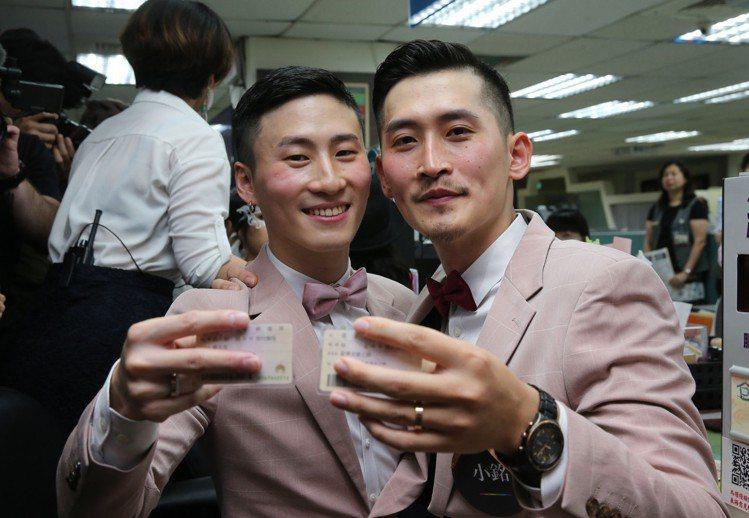 在歌手蔡健雅演唱會上求婚的男同志伴侶小銘(左)和小玄(右)上午辦結婚登記。圖/記...