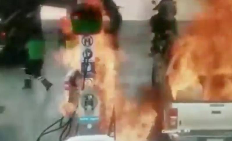 墨西哥一對父女使用自助加油,沒有先放掉靜電,引起大火。圖擷自推特