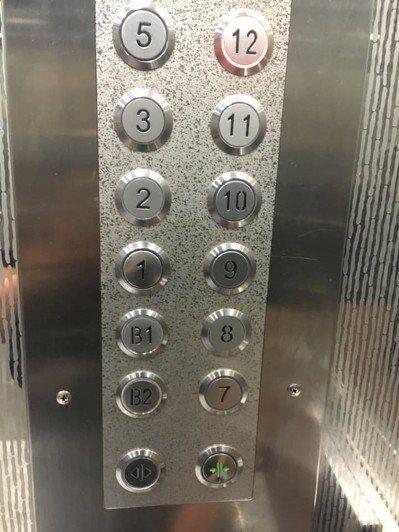 一名男網友抱怨到醫院回診時,和一名大媽搭電梯,但對方只顧著滑手機,事後卻罵為何不...