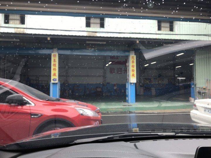 停車場門口左邊除了有紅色轎車外,右邊還有輛白色轎車,讓黑色車車主無法將車開出去。...