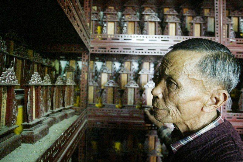 樂生療養院院民雖來自全台各地,卻都落葉歸根於此,靈骨塔擺著從日劇時期至今往生院民滿滿的牌位,攝於2005年4月。 圖/聯合報系資料照