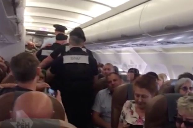男子在飛機上鬧事遭制服。圖取自dailystar
