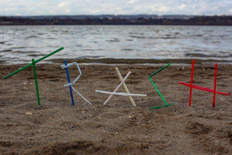 塑膠吸管、塑膠攪拌棒、塑膠棉花棒,最後都流入海洋造成生態危害。 圖/Pixaba...