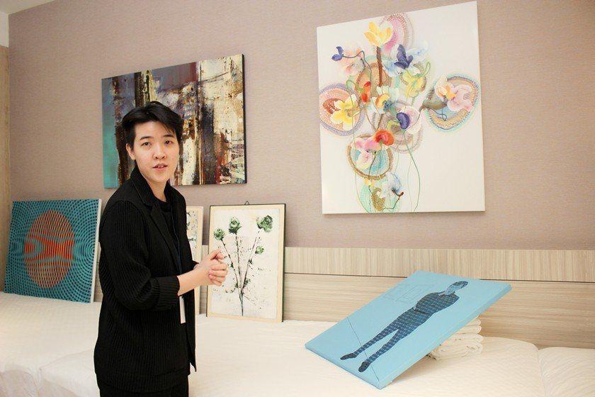 藍騎士藝術空間經理黃于瑄表示,為滿足新竹客層熱愛時尚新穎的特性,展出作品調性多為...