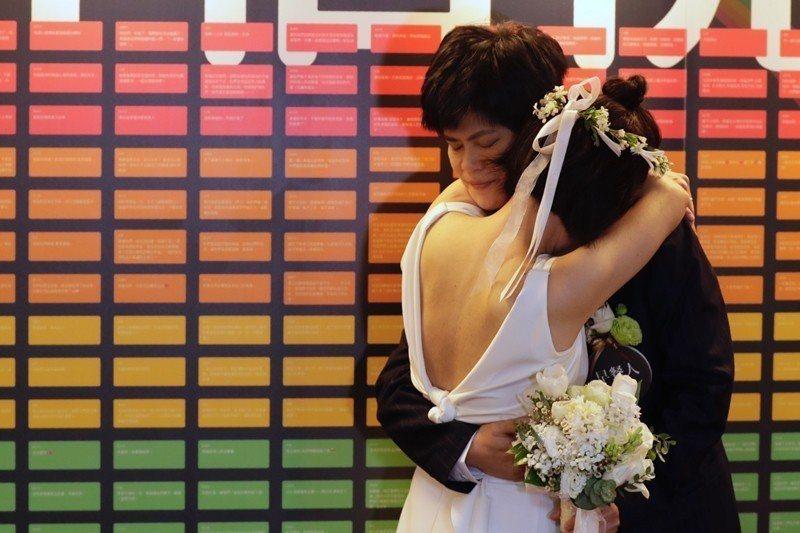 524同婚登記首日,作家陳雪與其伴侶早餐人於台北市信義區戶政事務所辦結婚登記。 圖/歐新社