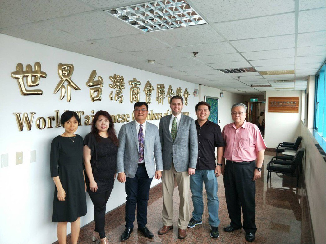 AIT台北分處專員楊婷嫃(左起)、WTCC秘書長鄭惠美、總會長游萬豐、AIT經濟...