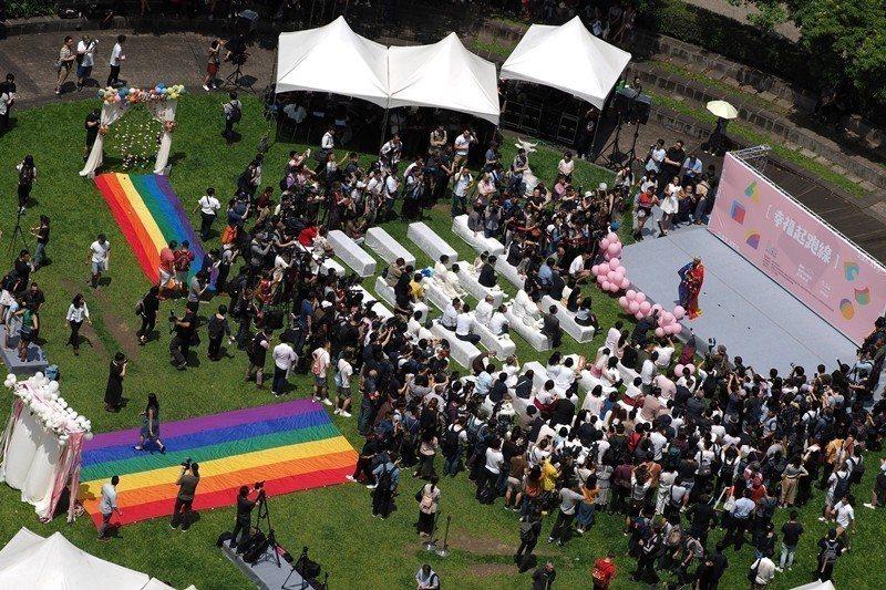 748施行法於5月17日國際反恐同日這天三讀通過。5月24日,同志伴侶終於可以辦理結婚。  圖/歐新社