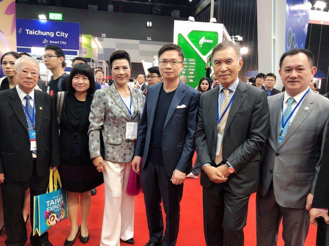 貿協董事長(中)及泰國貴賓參觀泰國台灣形象展合影