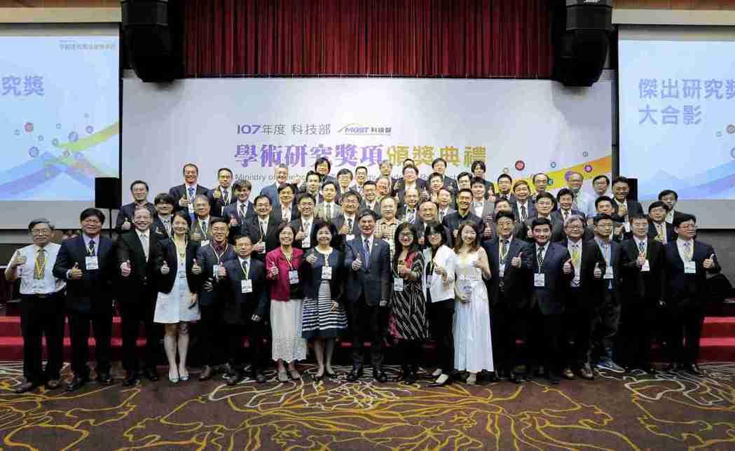 科技部部長陳良基與107年度學術研究獎得獎人合影。 產科會/提供