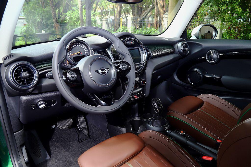 Mini 60 Years Edition 60週年限量紀念版,車艙當然有獨特亮...