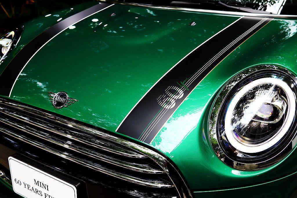 Aspen White與British Oak條紋勾勒的霧黑引擎蓋飾條,襯托Mi...