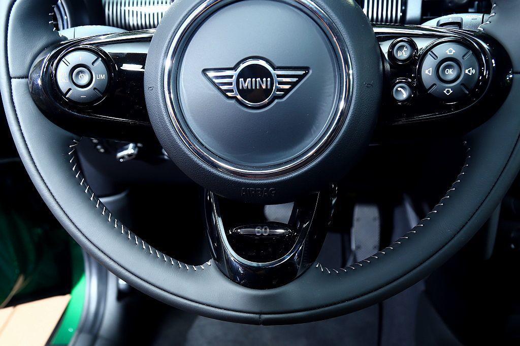 Mini Yours跑車式Nappa真皮方向盤,下方還有60週年專屬徽飾。 記者...