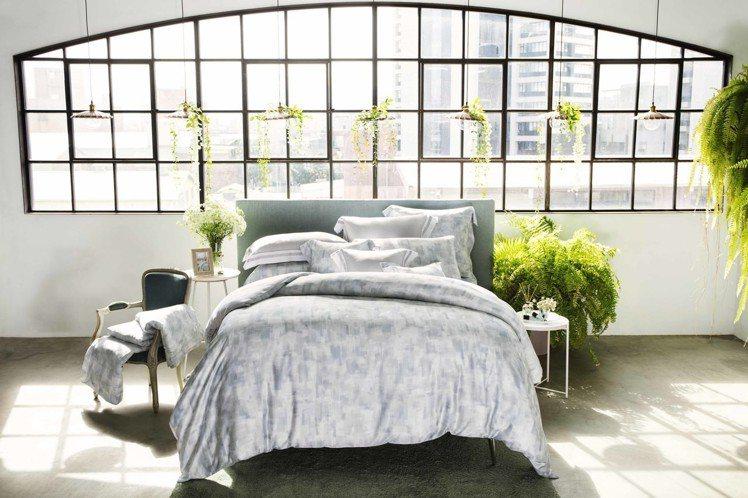 東妮寢飾粼粼波光100%萊賽爾纖維印花床組、7,980元。圖/東妮提供