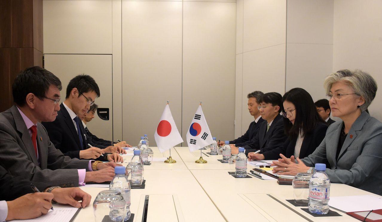 日本外務大臣河野太郎(左一)與南韓外交部長康京和(右一)在台北時間23日晚間在法...