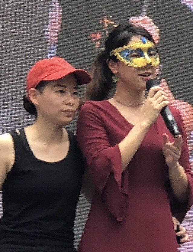 圖文作家厭世姬(右)今與簡莉穎結婚,日前在婚權活動宣告。記者何定照/攝影
