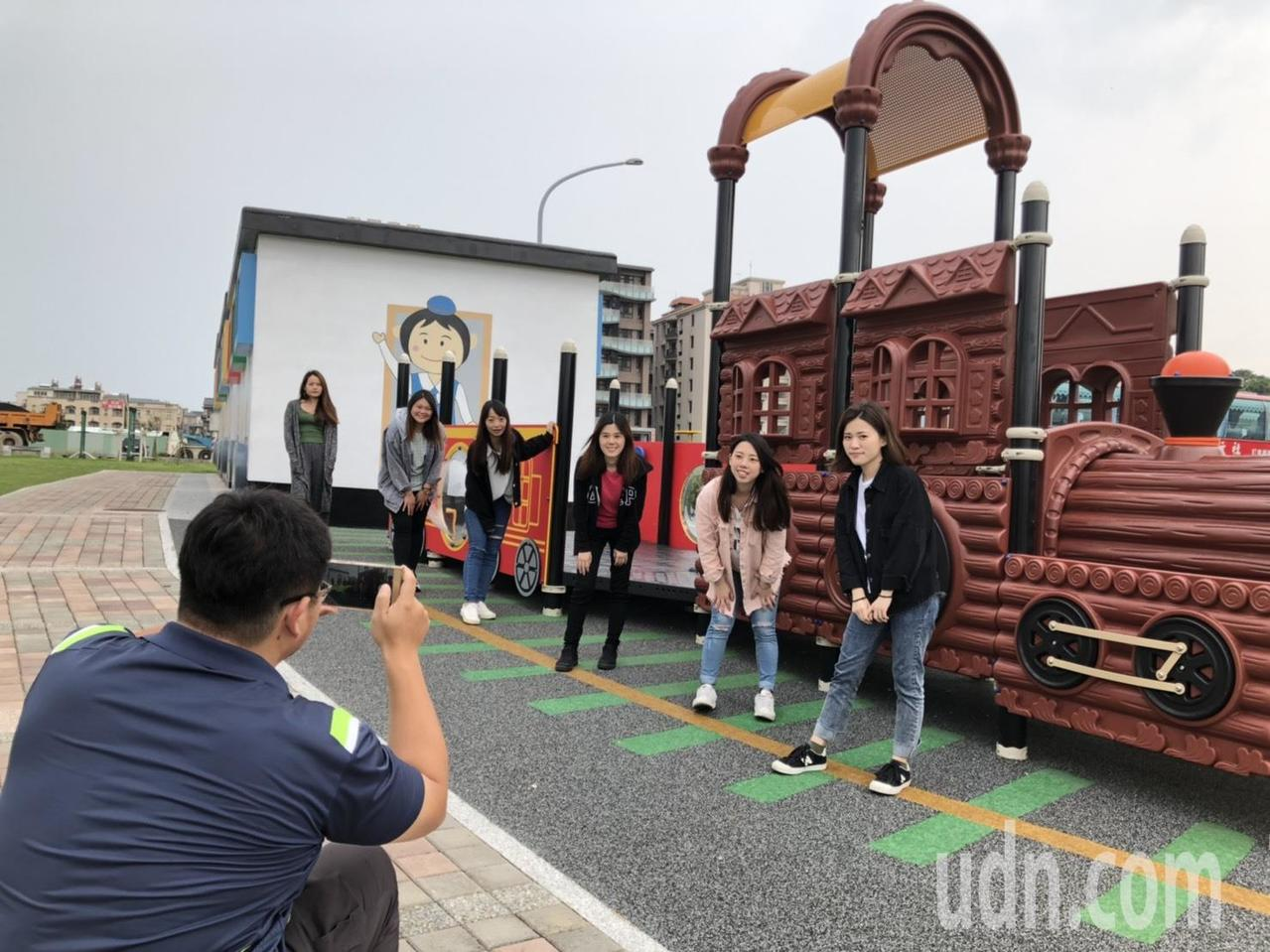 位於山外重劃區的「火車卡通風」兒童公園公廁最近經過改造,意外爆紅,不少人都到場拍...