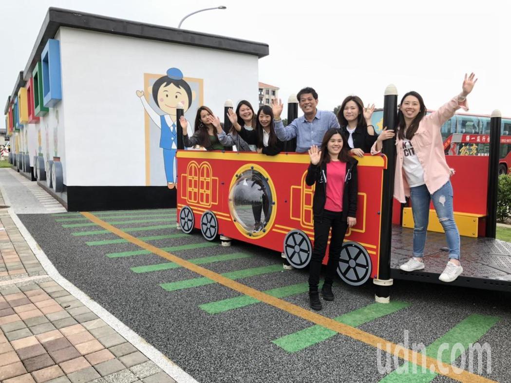 位於山外重劃區的「火車卡通風」兒童公園公廁因為超萌,最近成為打卡熱點,金湖鎮長陳...