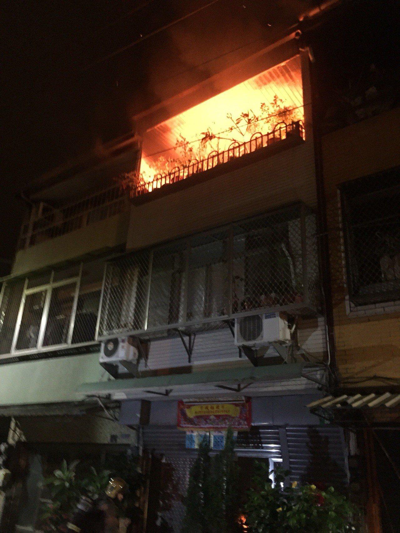 台南市南區一民宅昨天深夜傳出火警,火舌從3樓加蓋神明廳竄出,所幸火勢很快控制,無...