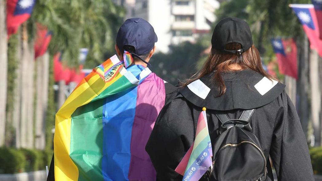 同志婚姻正式上路,不少同志伴侶預約在今日登記結婚,結婚後,即可享有配偶的權利。 ...