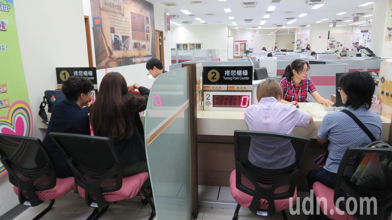 今天是同性結婚登記開放首日,台中市南屯戶政所一早有2對女同志辦理登記。記者洪敬浤...