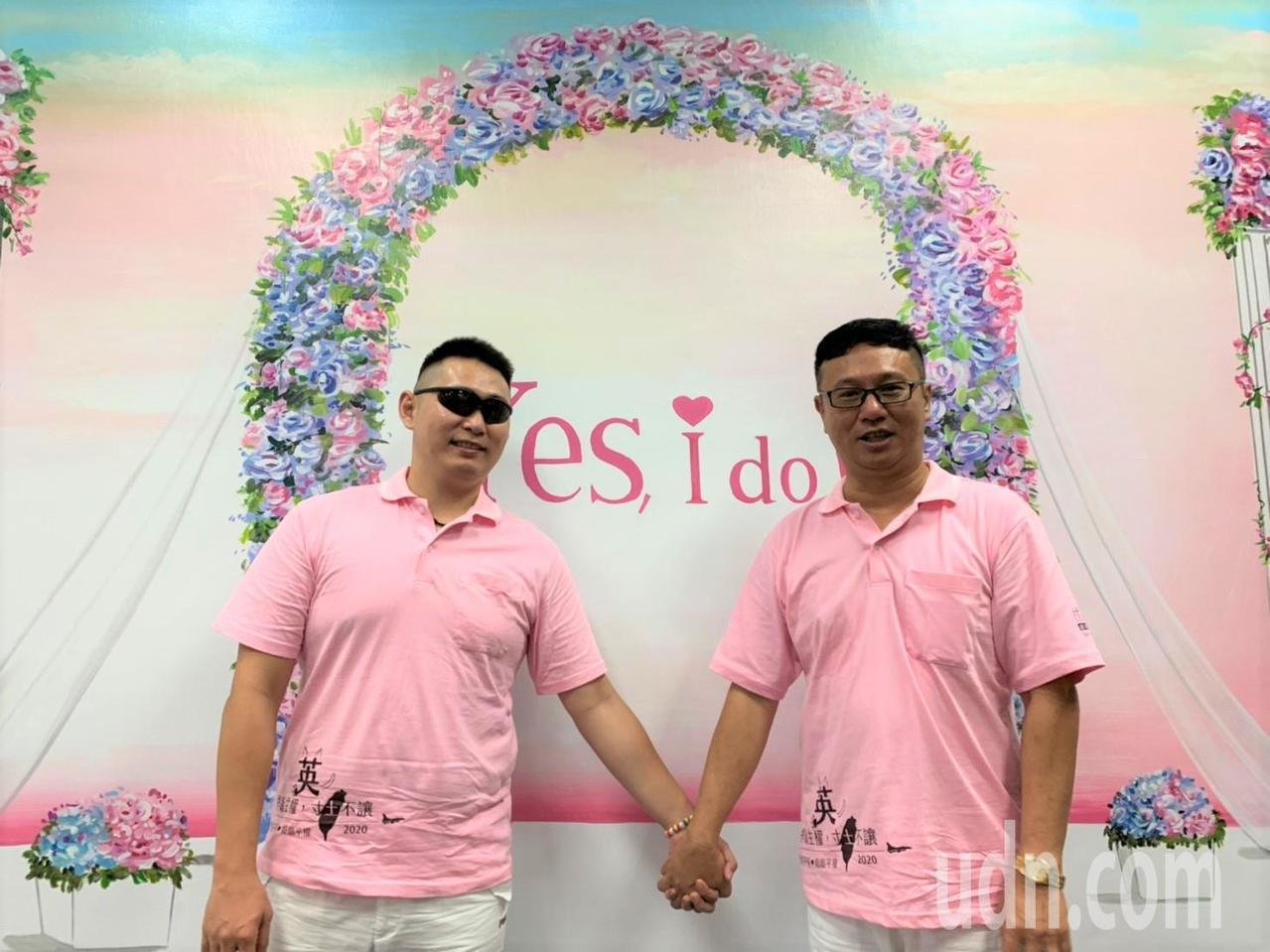 等了17年,52歲的謝佳霖(右)終於和另一半Gary(左)完成結婚登記。記者翁禎...
