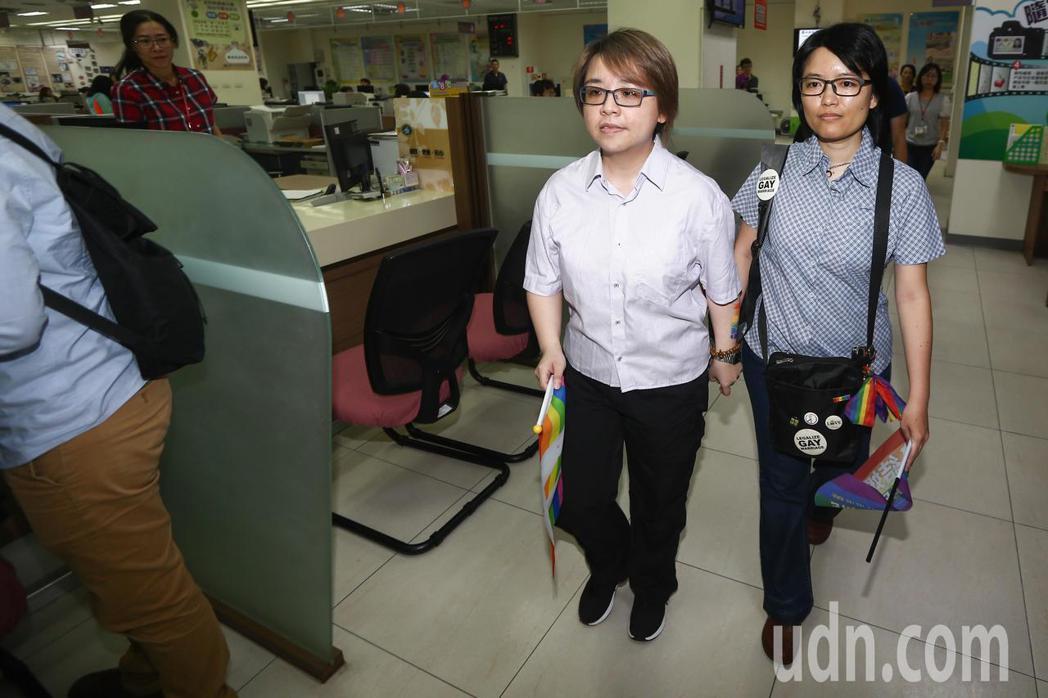 同性伴侶林阿比(左)與王蘇摩(右)早上八點前往台中市南屯戶政事務所辦理結婚登記。...