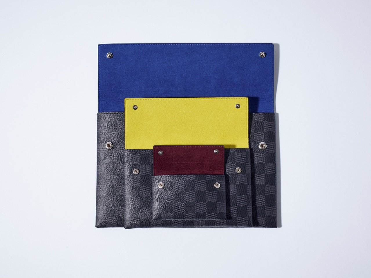 Damier Graphite3件式手拿包,售價32,400元。圖/LV提供