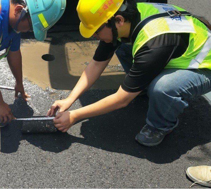 現場工程品質抽查,AC鑽心取樣後進行路面厚度測量。 圖/台水公司提供