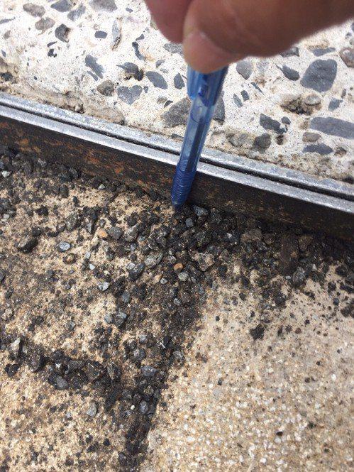 基隆市議員宋瑋莉指出,信三路鋪設地磚式的馬路卻破損不堪,坑坑洞洞就像一條「補破布...