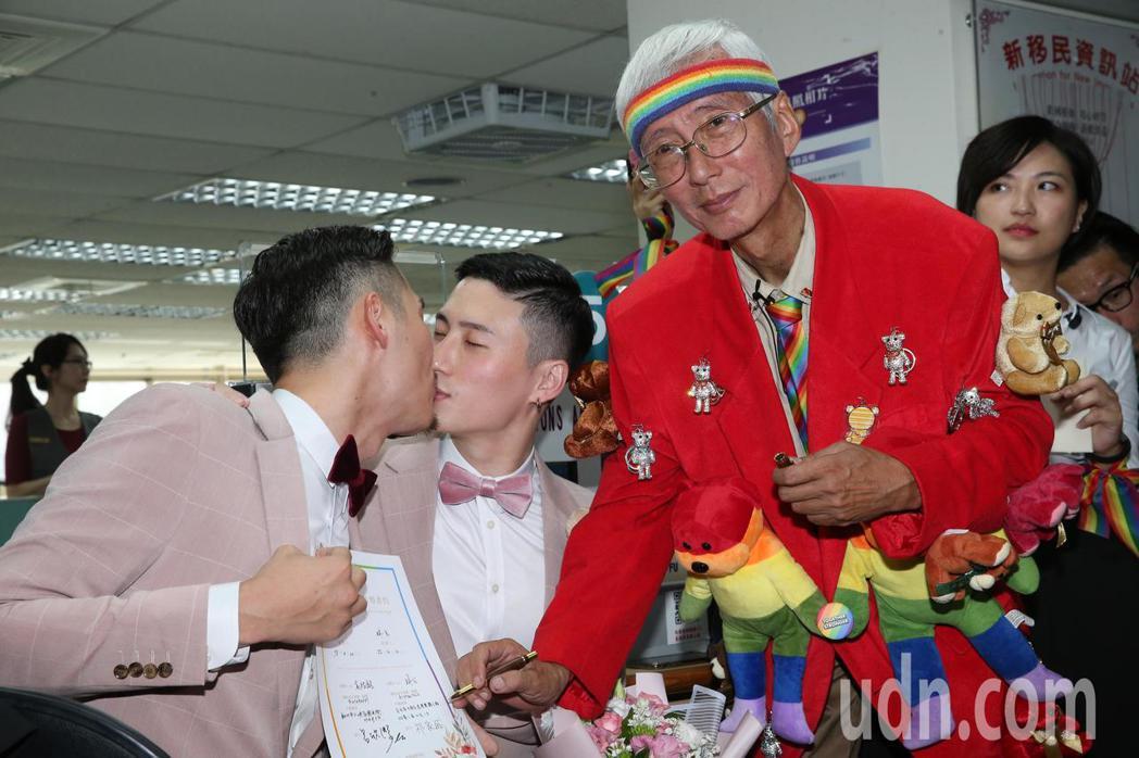 今天是台灣開放同婚登記第一天,在歌手蔡健雅演唱會上求婚的男同志伴侶小銘(中)和小...
