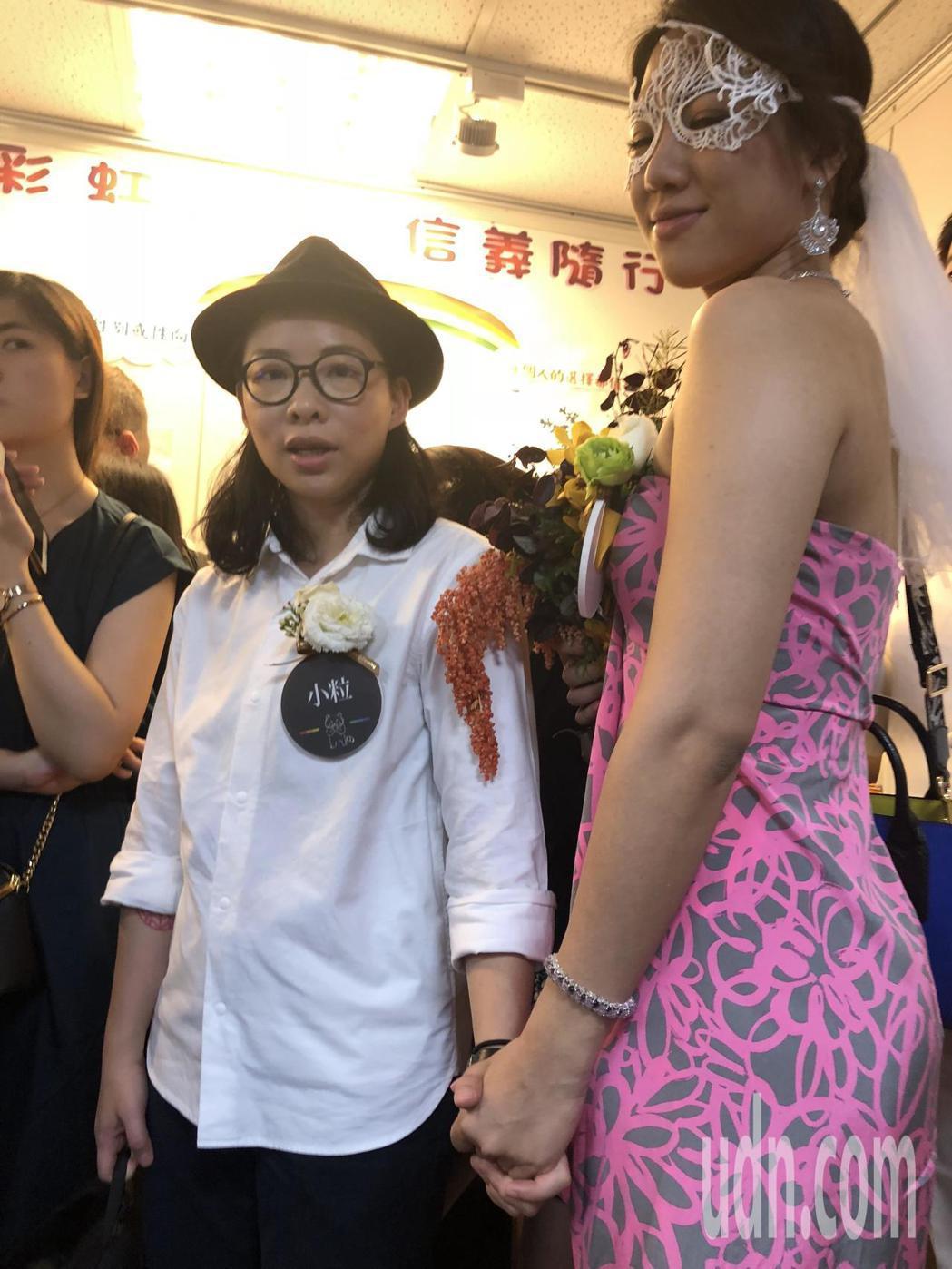 厭世姬(右)與簡莉穎(左)今辦結婚登記。記者何定照/攝影