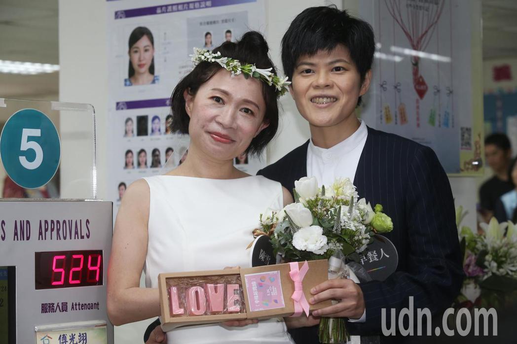 今天是台灣開放同婚登記第一天,作家陳雪(左)與早餐人(右)到台北市信義區戶政事務...