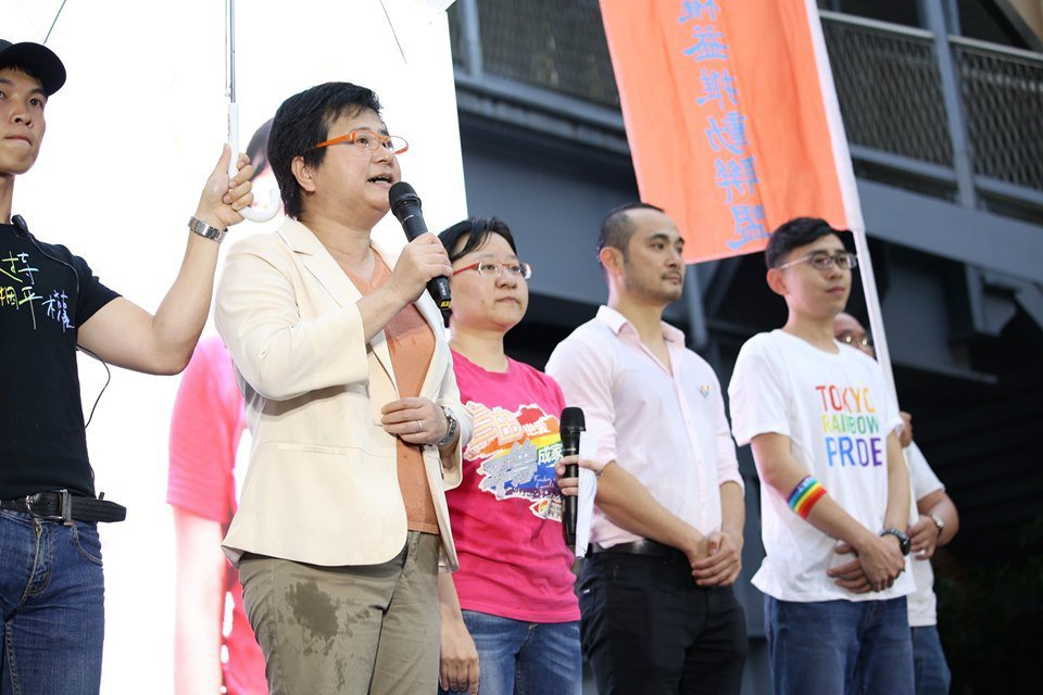 (左二)伴侶盟理事許秀雯、(左三)伴侶盟秘書長簡至潔 (翻攝伴侶盟臉書)