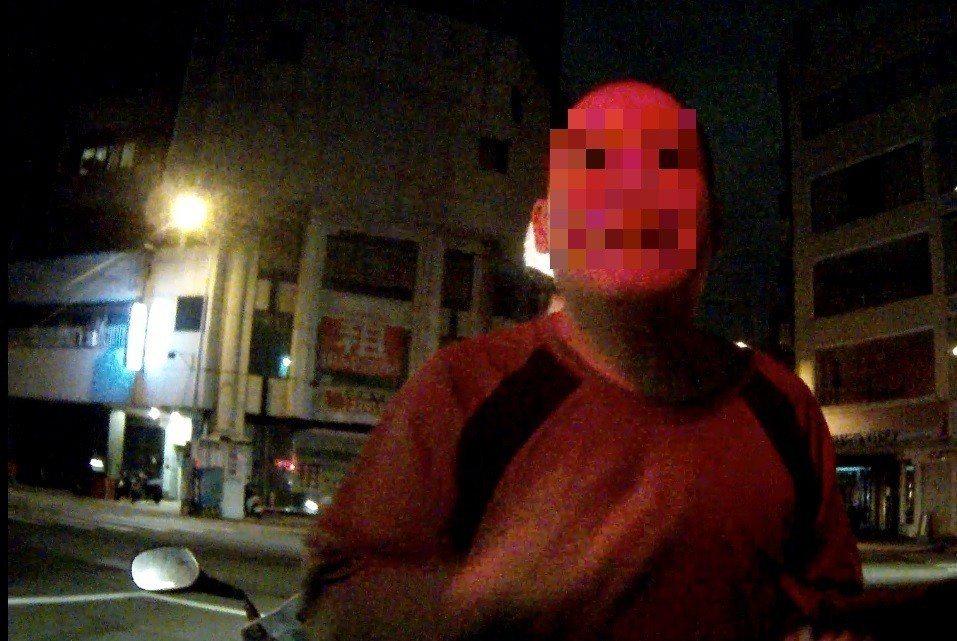 劉男半夜騎機車外出抓寶,還沒抓到稀有怪先被警方抓回派出所。記者林佩均/翻攝