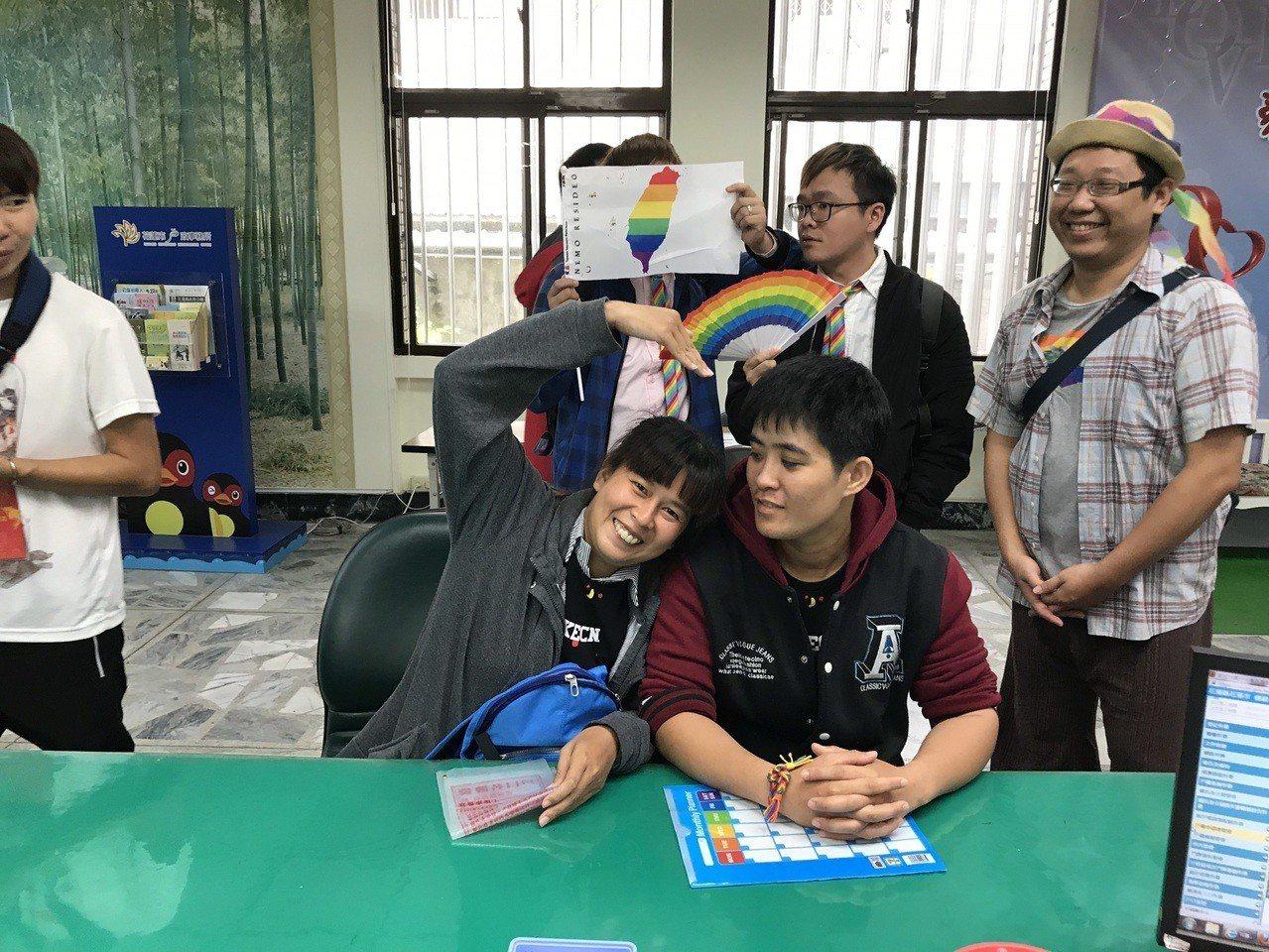 花蓮新人美秀(左)與威力,今天辦登記。記者王燕華/攝影