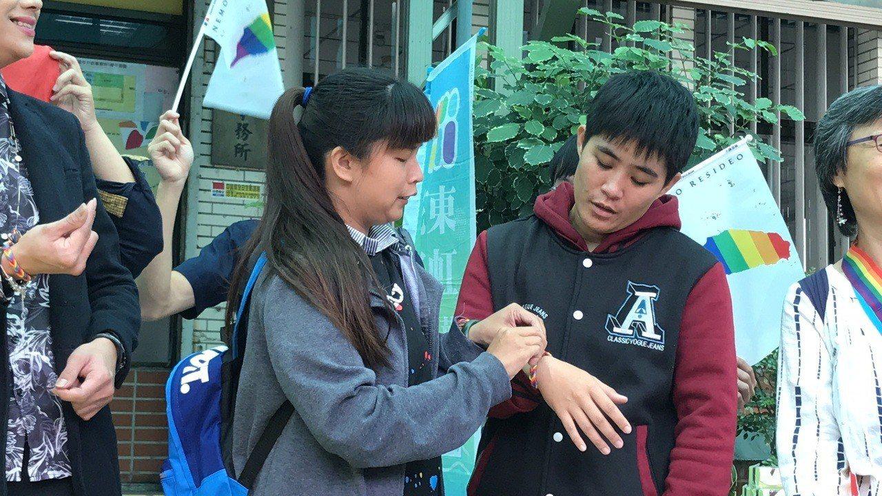 花蓮新人美秀(左)與威力繫上彩虹手環,將兩人緊緊相繫。記者王燕華/攝影