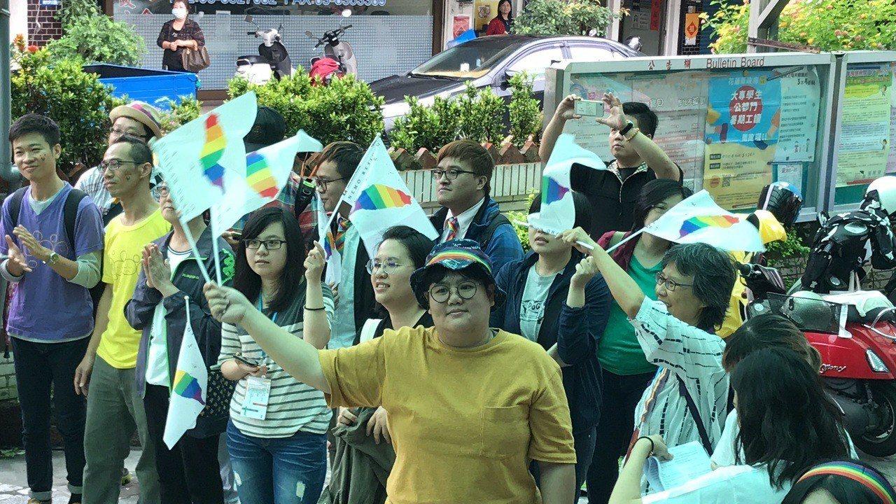 同婚登記首日,花蓮今天有多對新人登記,親友揮舞彩虹旗溫馨祝福。記者王燕華/攝影