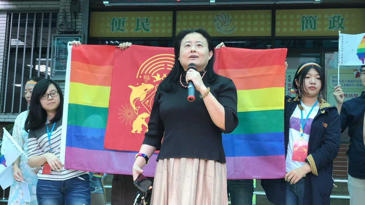 牧師陳文珊今天證婚,為同性新人們獻上祝福。記者王燕華/攝影