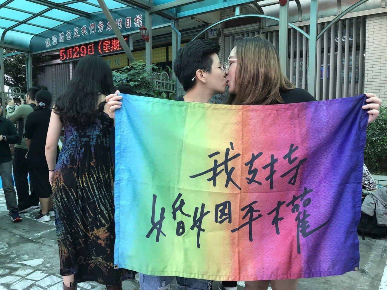 花蓮新人小溫(左)與小恩溫馨一吻,互許終身。記者王燕華/攝影