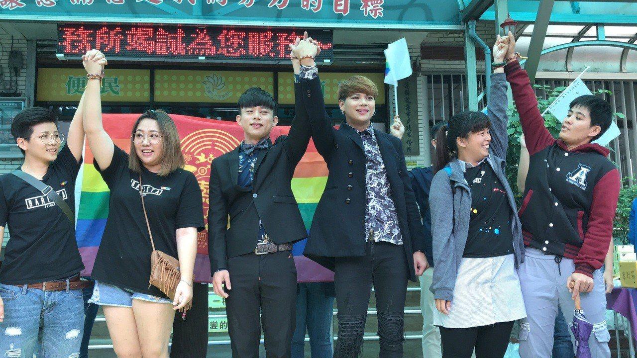 同婚登記首日,花蓮上午有多對同性新人到戶政事務所辦登記。記者王燕華/攝影