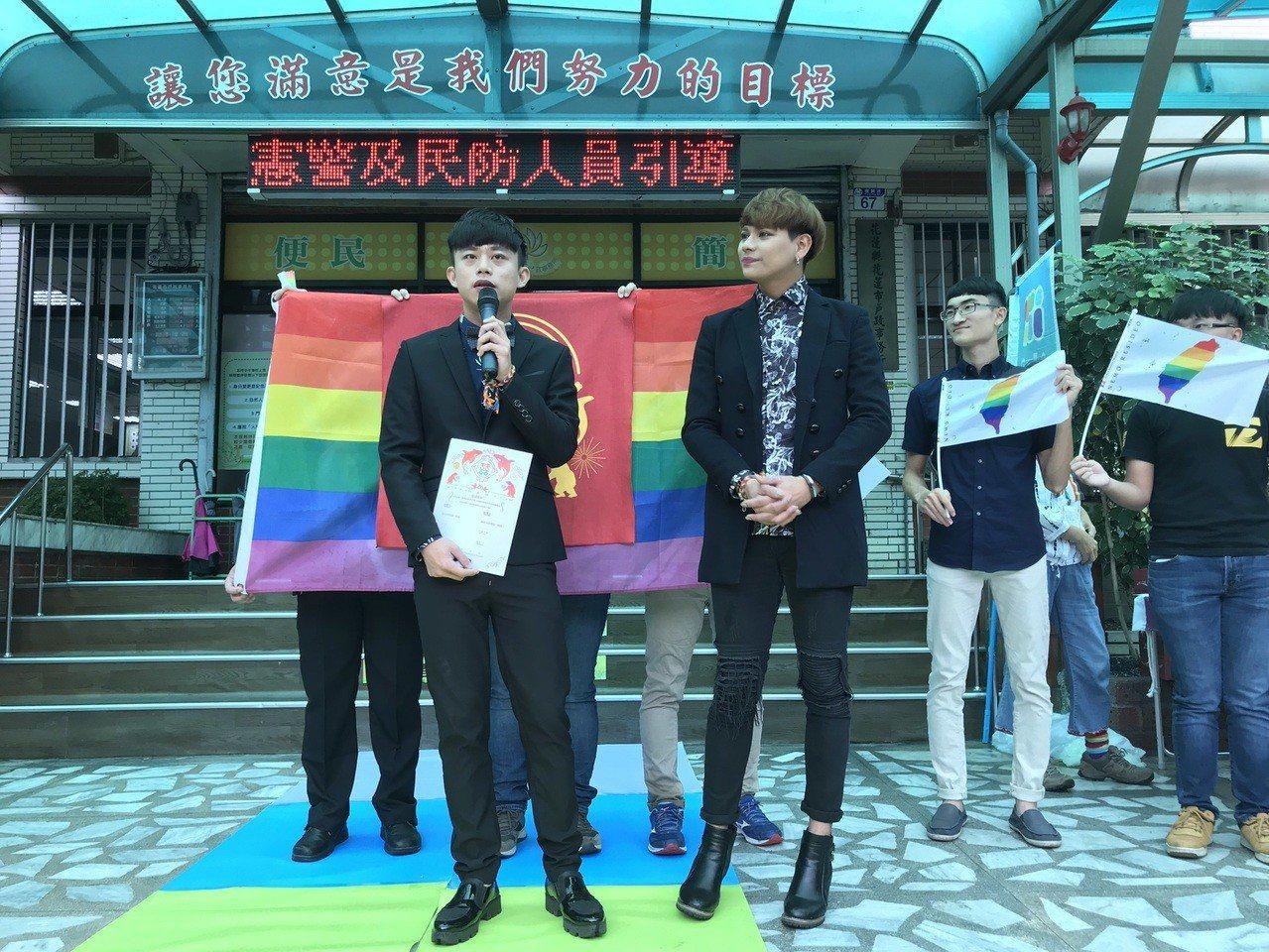 花蓮新人李緯(左)與亞森今天辦登記。記者王燕華/攝影