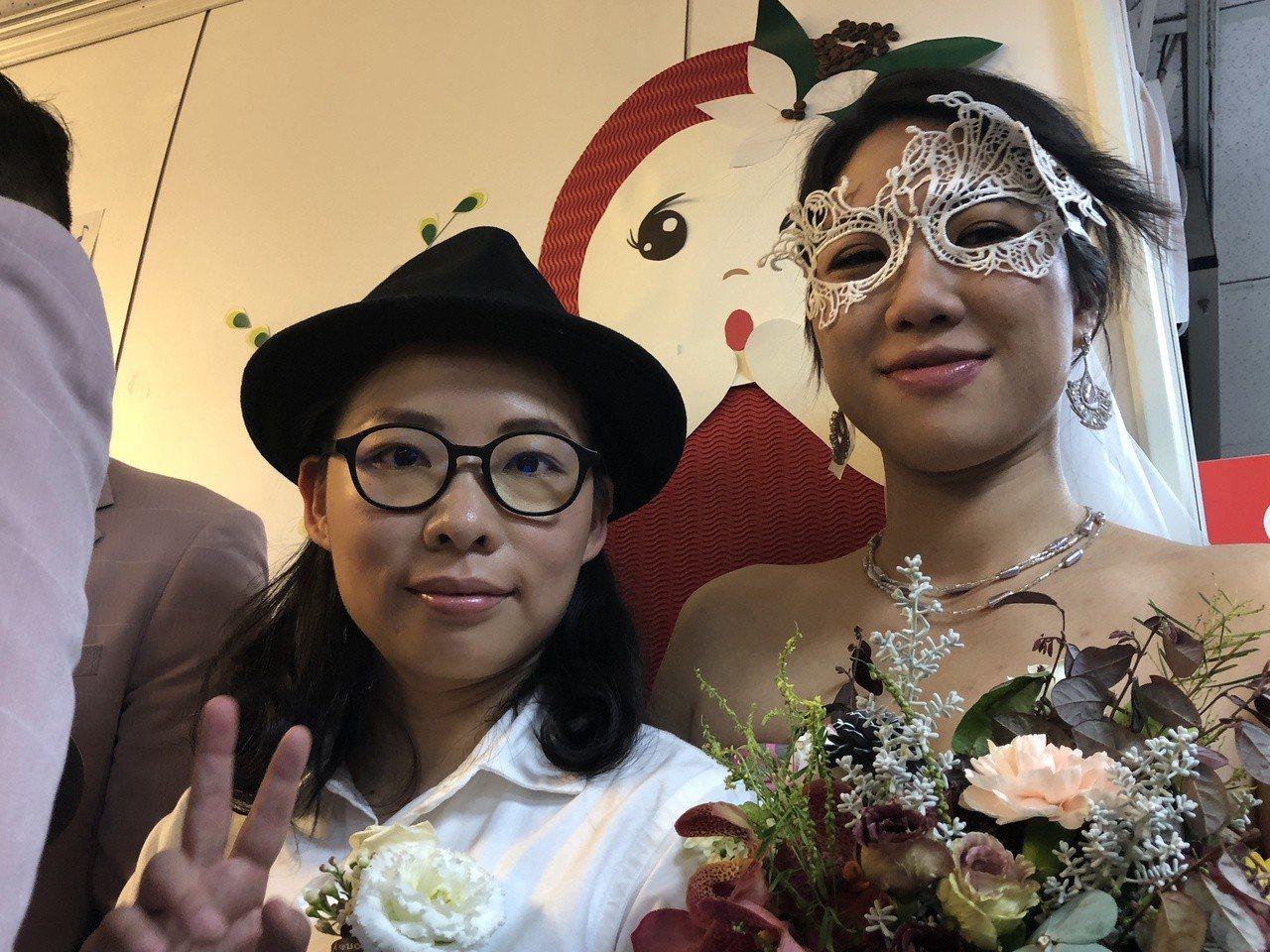 厭世姬與簡莉穎(左)今辦結婚登記。記者何定照/攝影